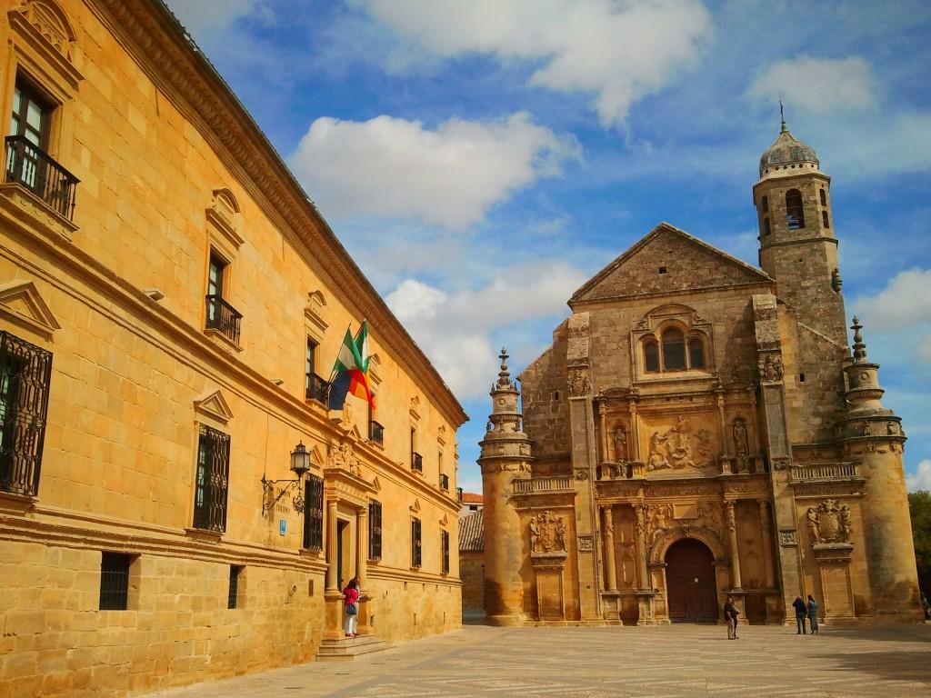 La Sacra Capilla del Salvador e il Palazzo di Deán Ortega nella piazza rinascimentale di Úbeda.