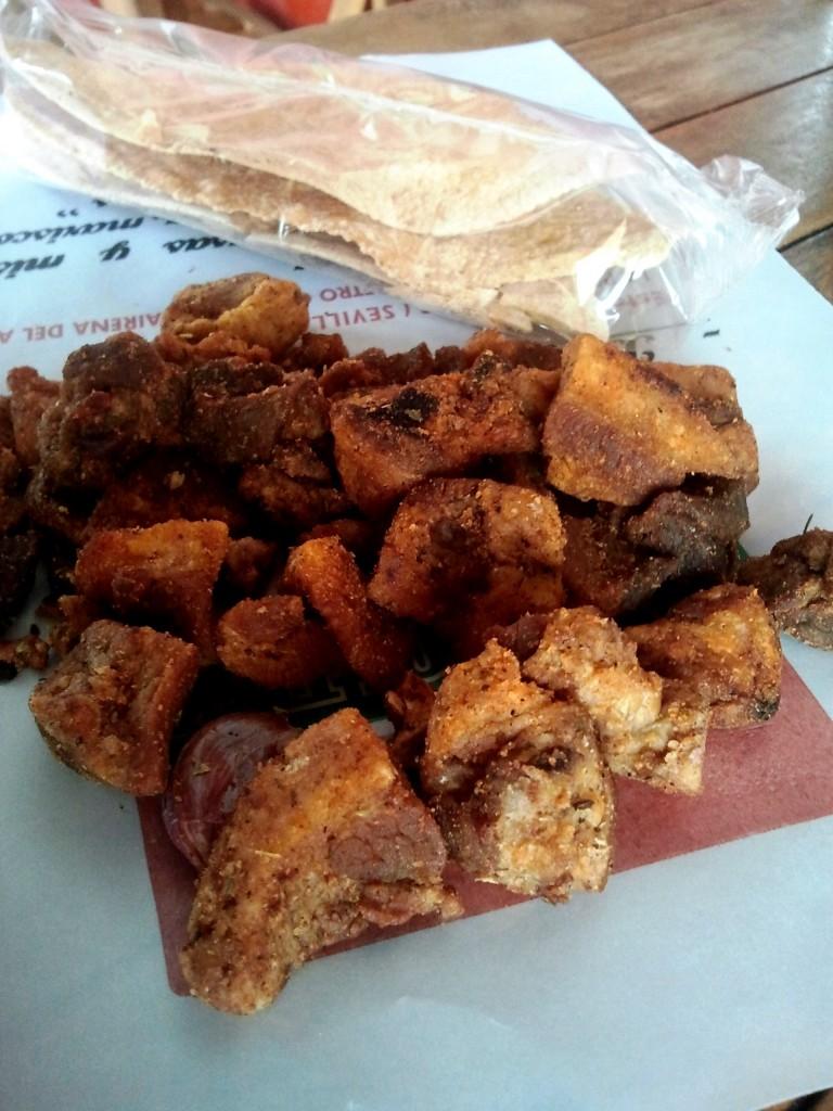 Tapa di Chicharrones di Siviglia appena fritti.
