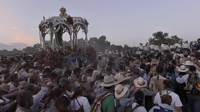 La moltitudine di devoti in pellegrinaggio verso El Rocio (Grazie @sarviponce).