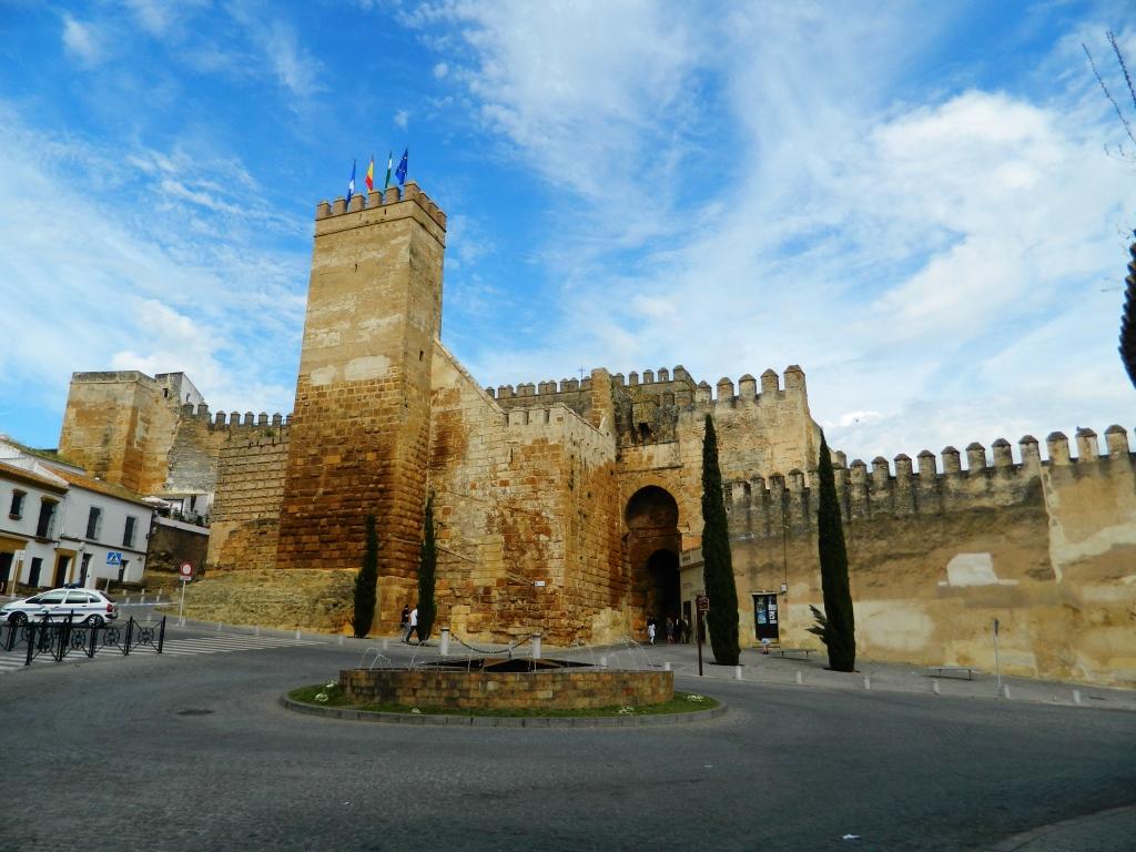 Carmona da millenni vigilando la pianura del guadalquivir for Puerta de sevilla carmona