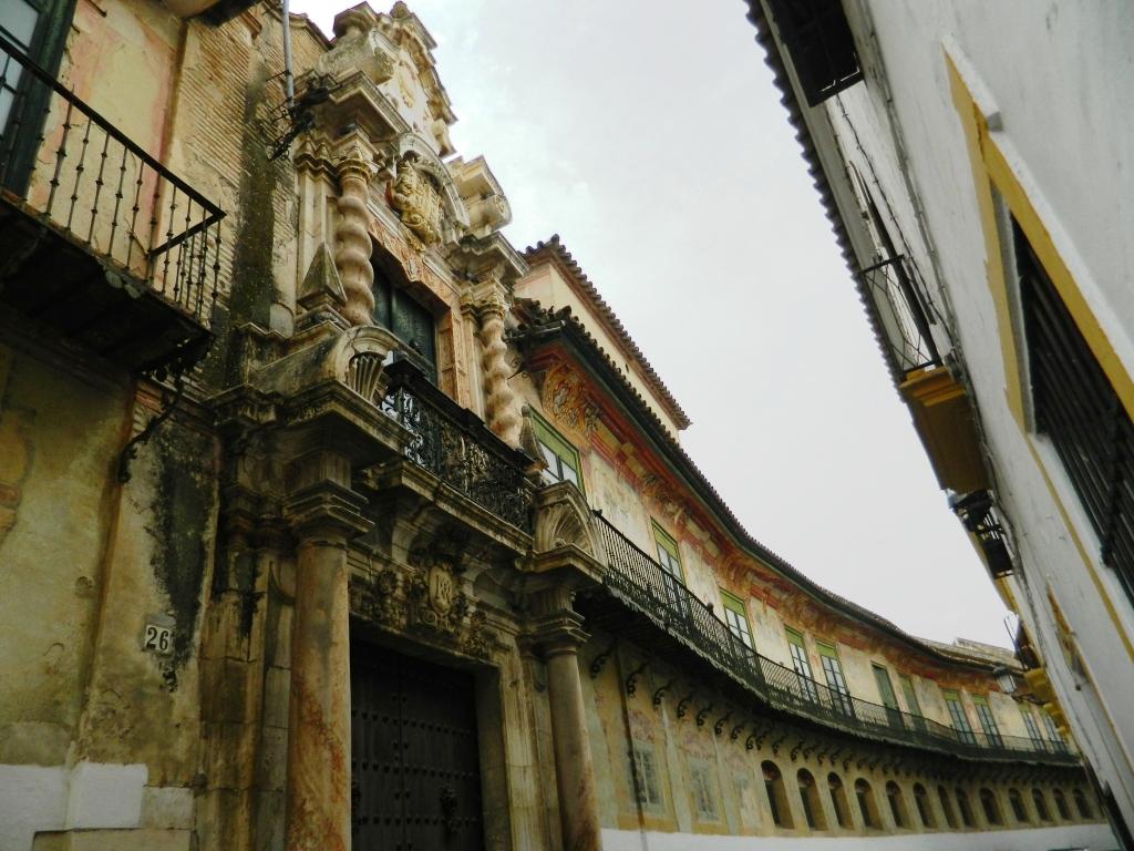 Cosa vedere a Ècija - La lunghissima facciata affrescata del Palazzo Peñaflor di Écija.
