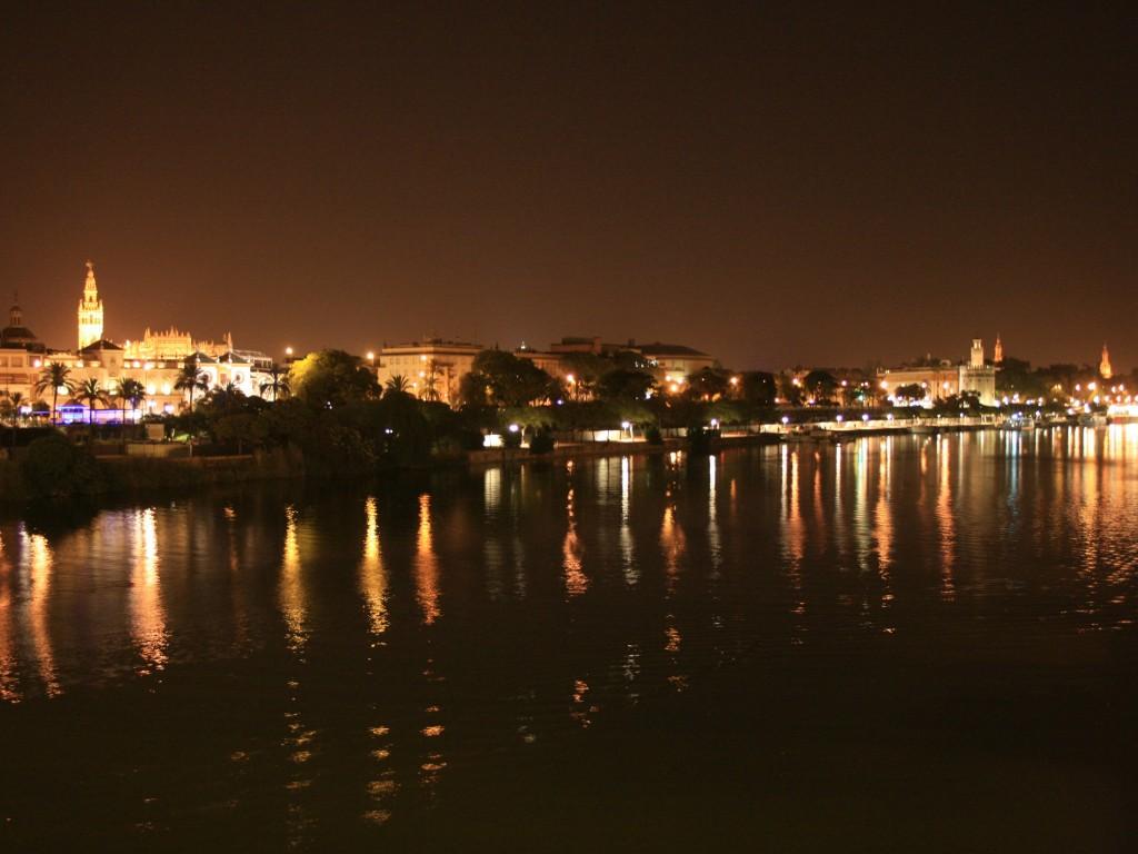 Dove uscire la sera a Siviglia - Una magnifica vista della città di Siviglia dalla Calle Betis.