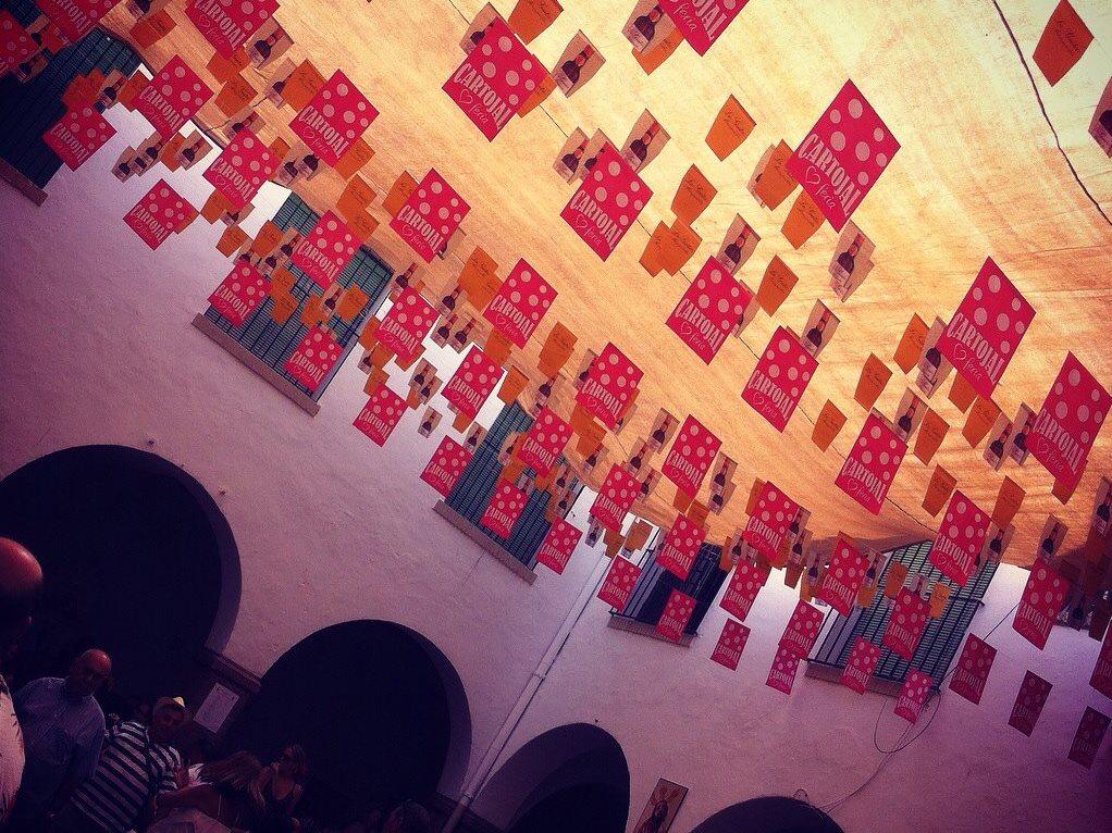 Tipiche decorazioni della Feria di Malaga. Dominano i colori della marca Cartojal.