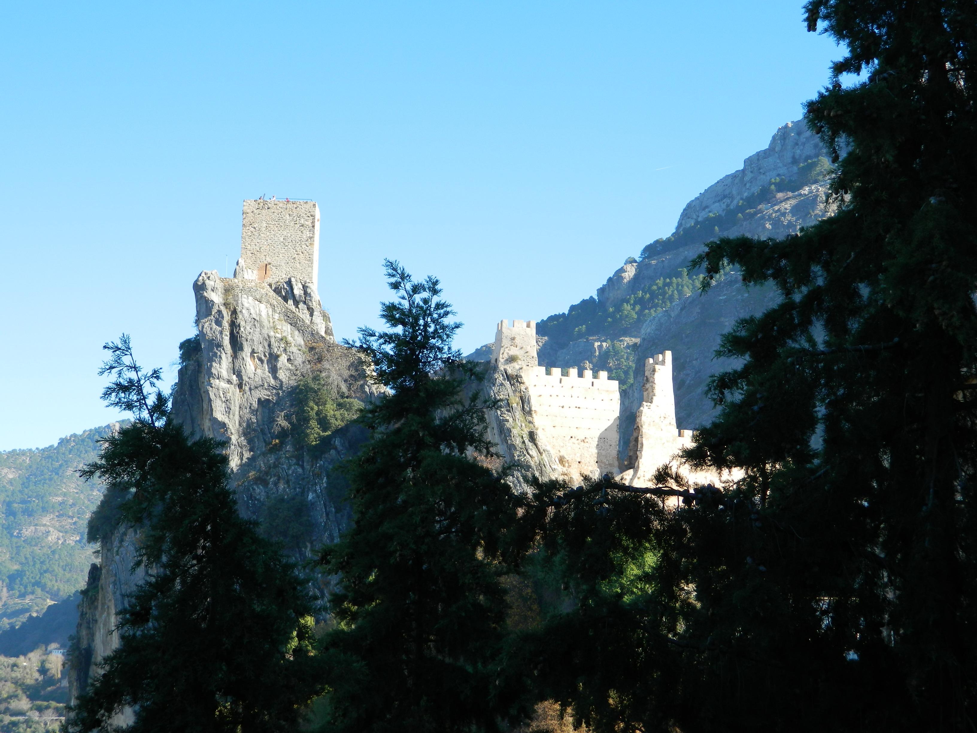 La bellissima la-iruela_jaen_andalusia_viaggio_tour_cazorlatorre del homenaje sullo strapiombo de La Iruela.