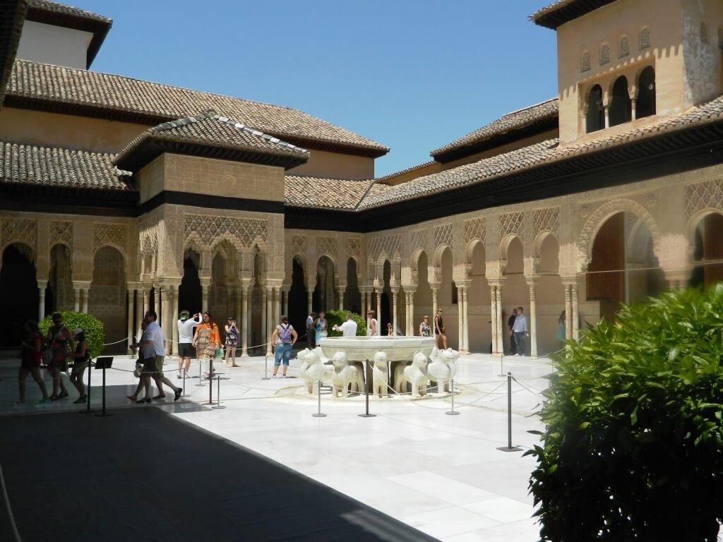 Cosa-vedere-a-Granada_Alhambra_Patio-de-los-Leones-1